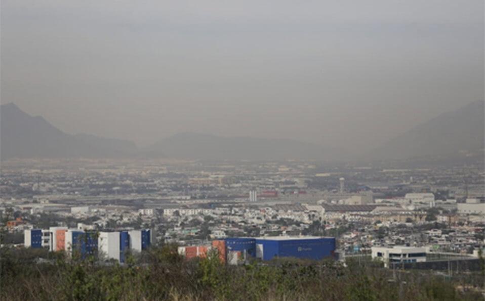 Por segundo día consecutivo, 12 de las 13 estaciones de monitoreo ambiental que se ubican en el Área Metropolitana de Monterrey reportan mala calidad del aire, por lo que se mantiene la exhortación de limitar las actividades al exterior.