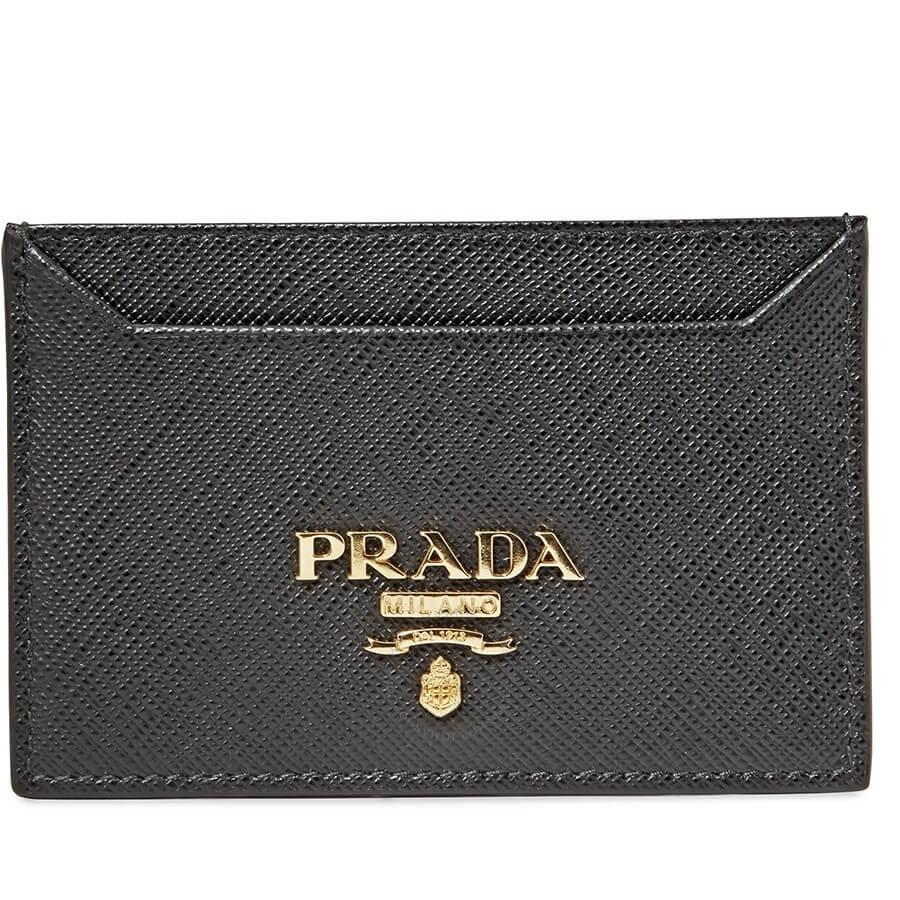 Prada anunció su decisión de no emplear pieles de animales en sus diseños y demás productos a partir de la colección femenina para el verano de 2020, una iniciativa aplaudida por las organizaciones animalistas.