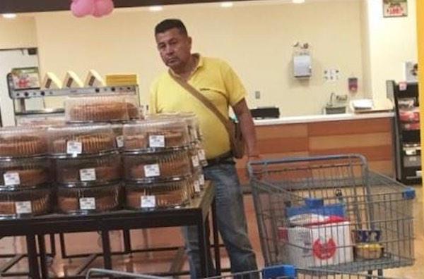"""""""Se me olvidó la comida de Nina"""", le dije a mi madre, razón por la que regresé al pasillo de alimento para mascotas del Walmart ubicado en la Avenida Lázaro Cárdenas, en Xalapa, Veracruz. Allí recuerdo haberlo visto por primera vez. Regresé con mi madre que para ese momento estaba con el carrito del supermercado en el área del papel higiénico. Parecía un día normal de compras, con la diferencia de que un varón con pantalón de mezclilla, camisa amarilla, una mariconera, cabello con corte militar y una cadena dorada al cuello nos seguía muy de cerca. Mi madre y yo seguimos comprando, mientras que el señor hacía que compraba y no compraba nada. Tomaba las cosas del estante y después de mucho observarlas las volvía a colocar en su lugar. Su carro, apenas llevaba un par de cosas."""