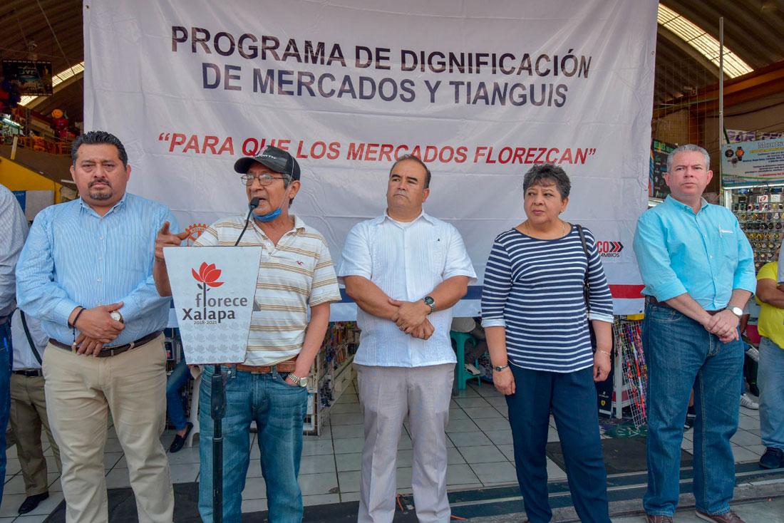 El representante de los locatarios de la Plaza Clavijero, Andrés Pastén Díaz, afirmó que los locatarios están muy contentos de que por primera vez, en muchos años, se les tome en cuenta y se solucione problemas que otros funcionarios en pasados gobiernos no atendieron.