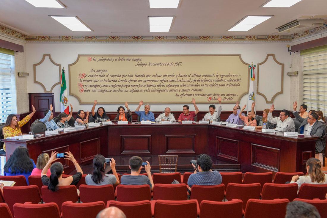 Los miembros del Cabildo de Xalapa, durante la Sesión Extraordinaria celebrada de martes, aprobaron por unanimidad, el acuerdo con el convenio de pago con los casi 90 millones de pesos recibirá el gobierno municipal en el periodo del 30 de mayo al 31 de julio de este año.
