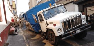 Un camión de volteo de la Comisión Municipal de Agua y Saneamiento (CMAS) cayó en un socavón de la calle Nogueira esquina con Xalapeños Ilustres.