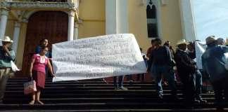 Este lunes habitantes de la comunidad de Tlanecpaquila, en Zongolica se manifestaron en la plaza Lerdo para exigir frenar el desalojo de más de 300 familias de este lugar.