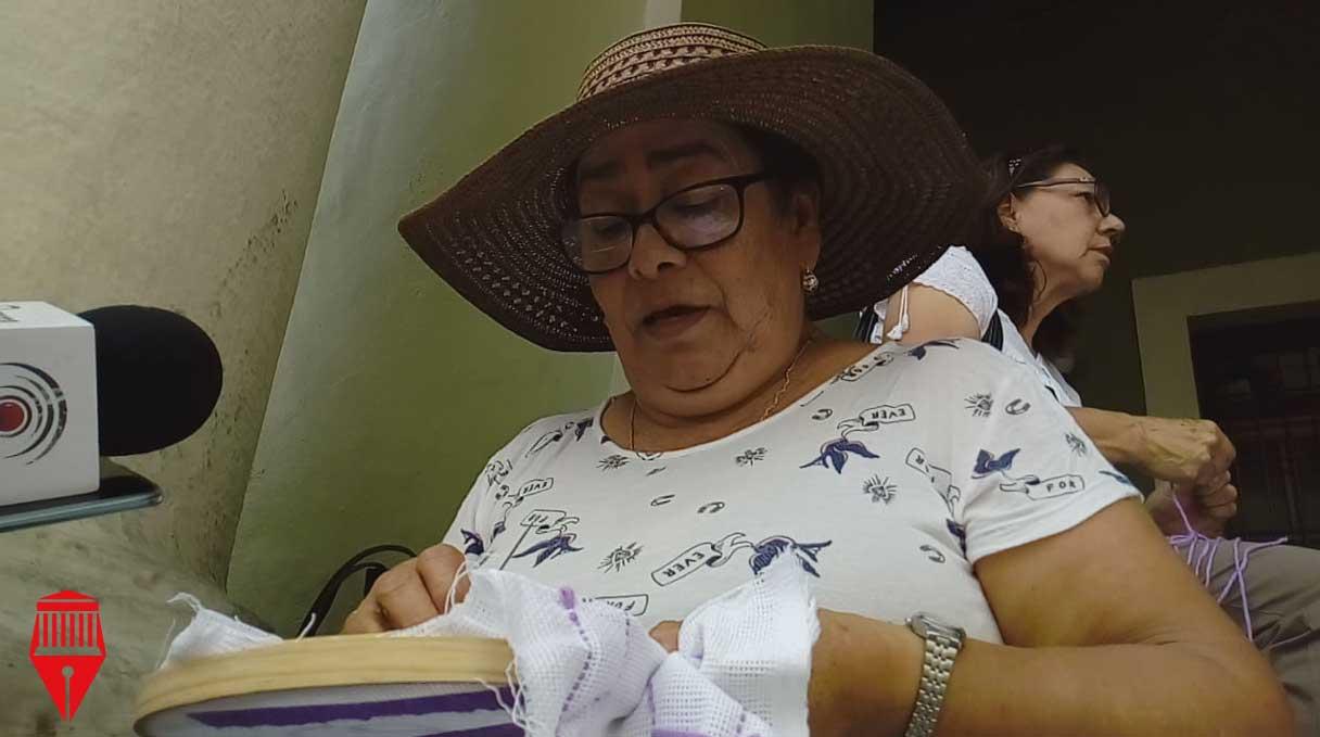 Integrantes del Colectivo 'Buscando a Nuestros Desaparecidos y Desaparecidas Xalapa' se reunieron en los bajos de Palacio de Gobierno para continuar bordando los nombres de sus seres queridos que han desaparecido.
