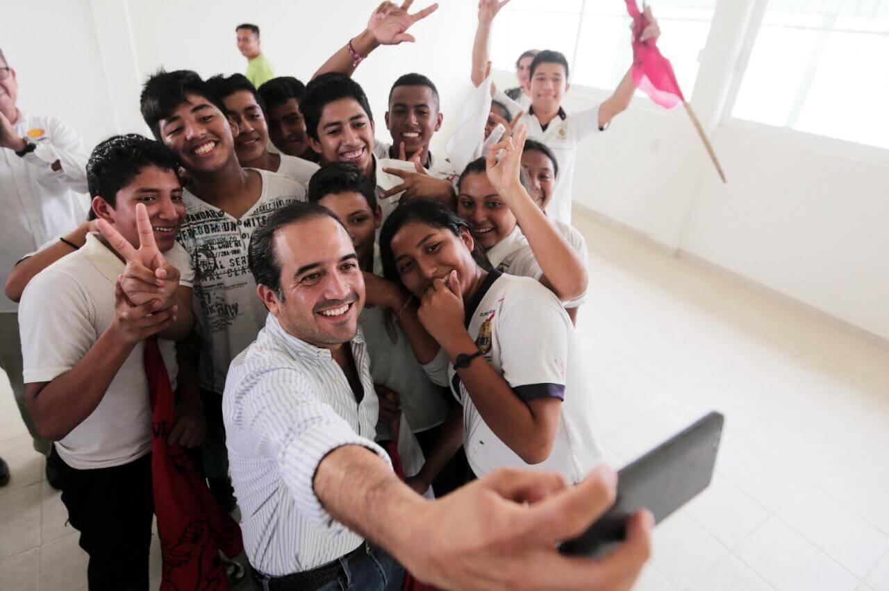 El alcalde de Veracruz, Fernando Yunes Márquez inauguró las obras concluidas de la Telesecundaria 'Rafael Ramírez', ubicada en la colonia Unidad Antorchista en este municipio.