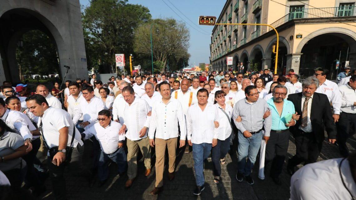 Entre protestas se realiza desfile por el Día del Trabajo