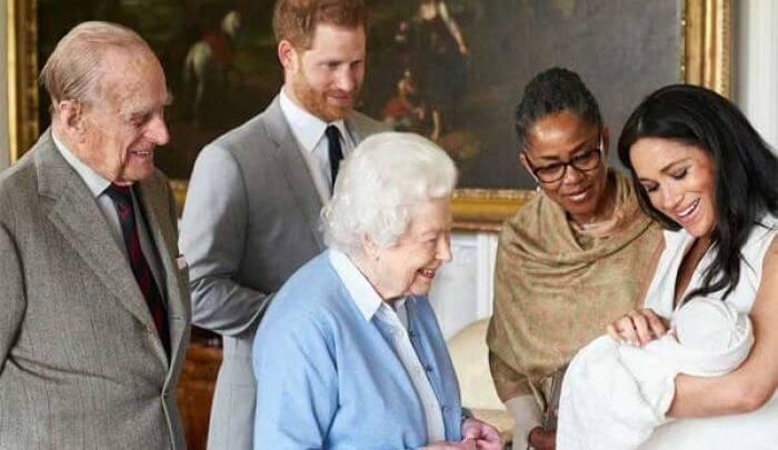 Presentan duques de Sussex a bebé real; ya tiene nombre