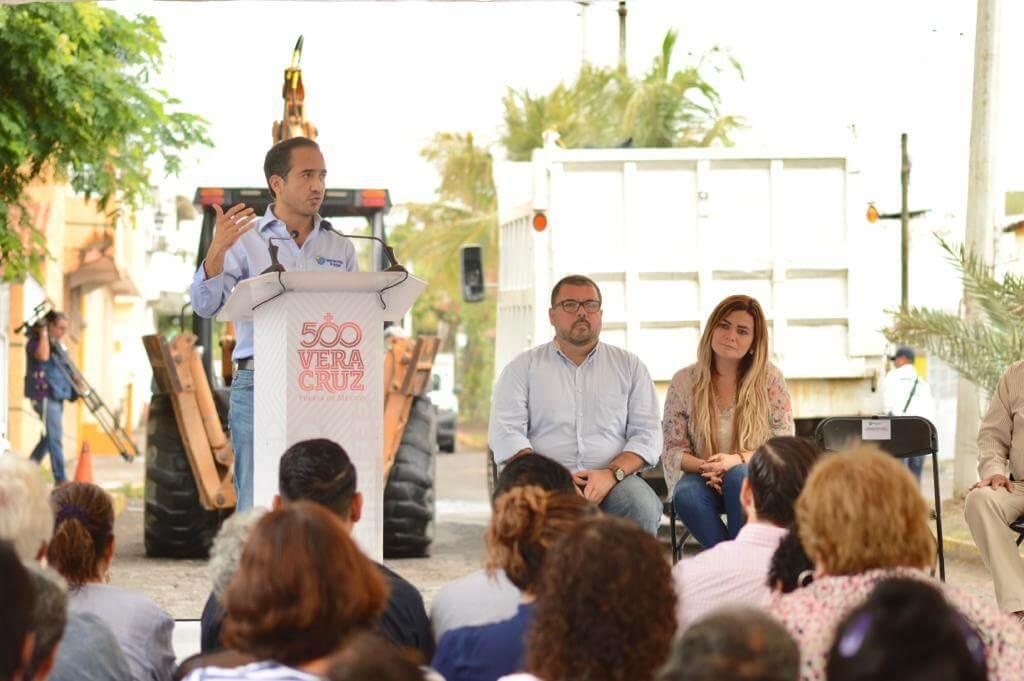 Este martes, el alcalde de Veracruz, Fernando Yunes Márquez inauguró las obras de repavimentación con asfalto a la calle Paseo Laguna del Coyol, en la colonia 'El Coyol', de este municipio.