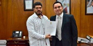 El titular de la Secretaría de Educación de Veracruz (SEV), Zenyazen Escobar García entregó el nombramiento de director general del Instituto Veracruzano del Deporte (IVD) a Víctor Iván Domínguez Guerrero.