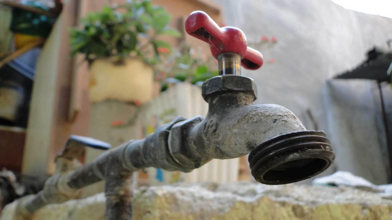 El presidente municipal Hipólito Rodríguez Herrero, informó que este año el Ayuntamiento de Xalapa y la Comisión Municipal de Agua Potable y Saneamiento de Xalapa (CMAS) realizarán 63 obras de rehabilitación y construcción de redes de agua potable, así como de mejoramiento del alcantarillado en varias colonias