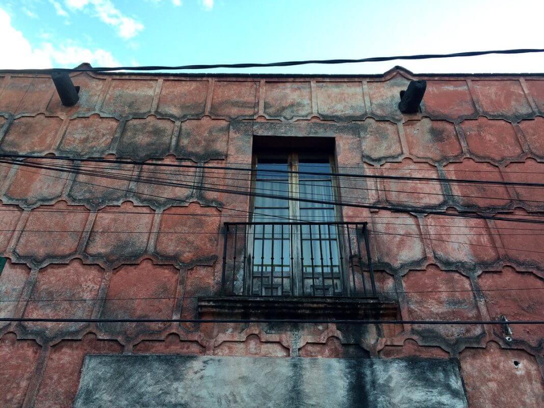La Casa de La Malinche presenta grietas de más dos centímetros de ancho y paredes que se desmoronan a consecuencia de la severa inclinación originada por hundimientos, agudizados por el continuo tránsito de camiones pesados.