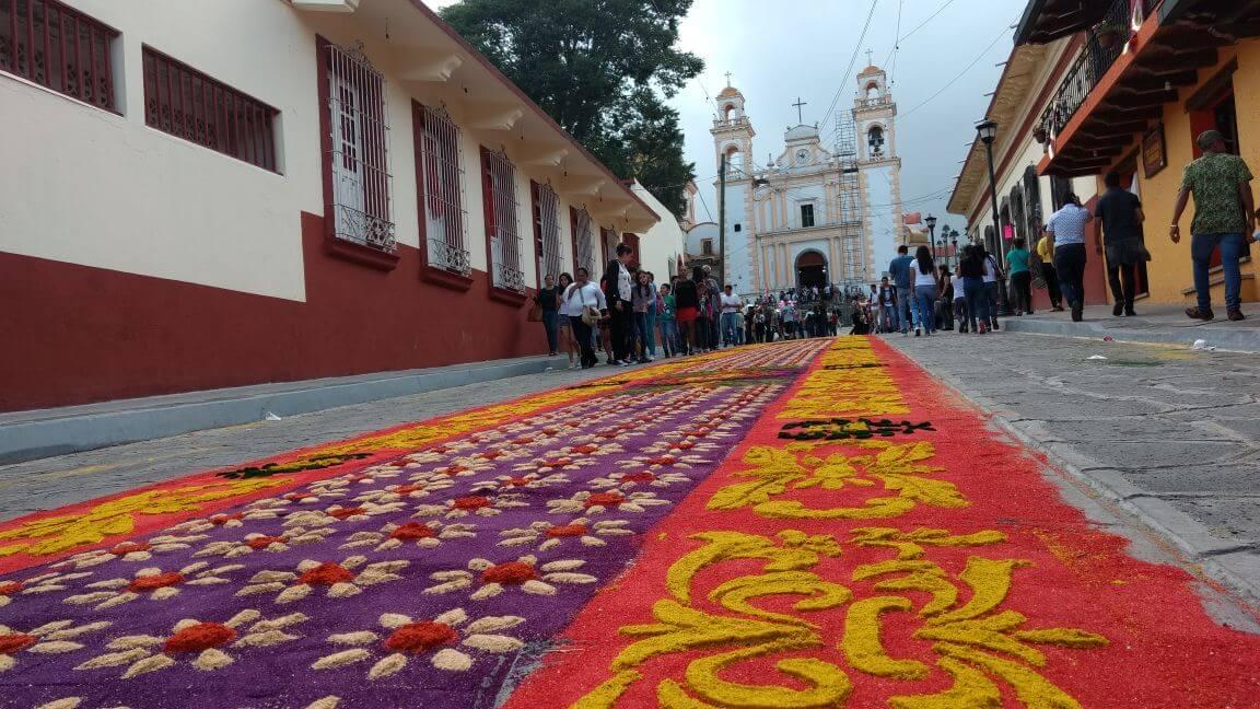Este viernes, fueron colocados los tapetes multicolores, realizados por artesanos xiqueños, elaborados con acerrín, los cuales guiarán la imagen de Santa María de Magdalena a su parroquia.