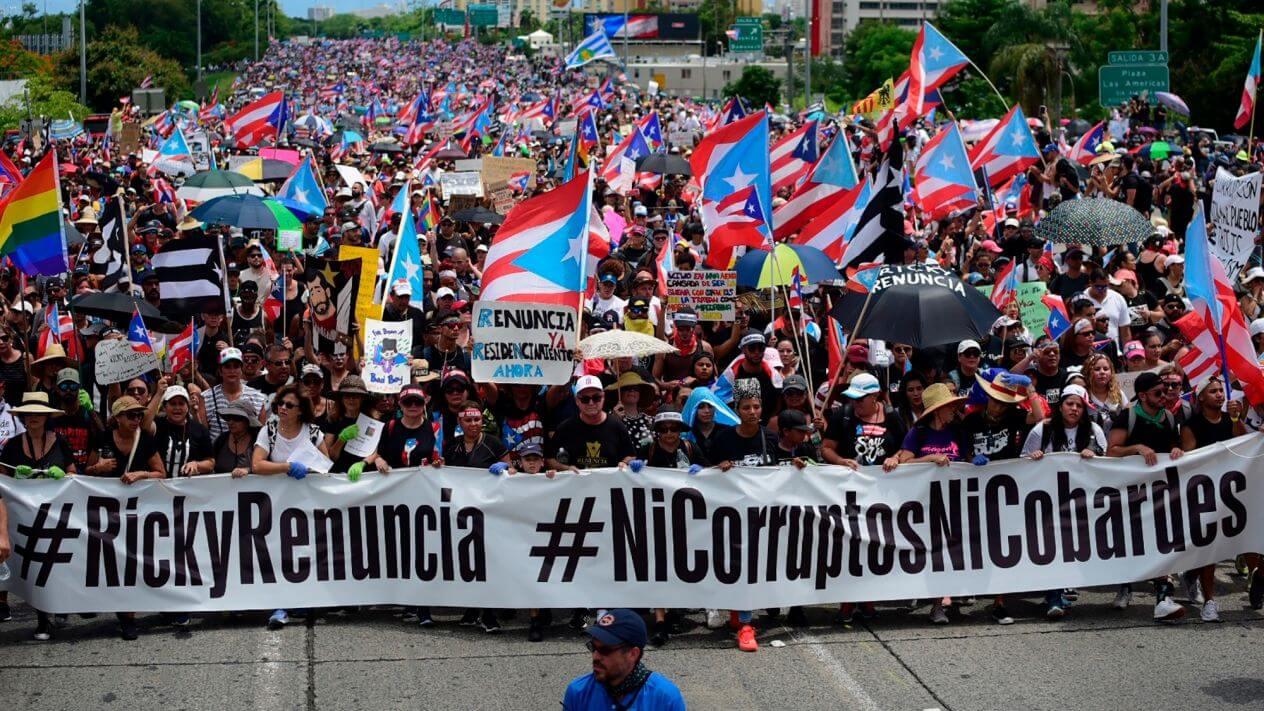 Miles de personas comenzaron a reunirse en las calles de San Juan para sumarse a manifestaciones masivas destinadas a exigir que el gobernador de Puerto Rico, Ricardo Rosselló, renuncie luego de que se filtraran mensajes ofensivos de un chat.