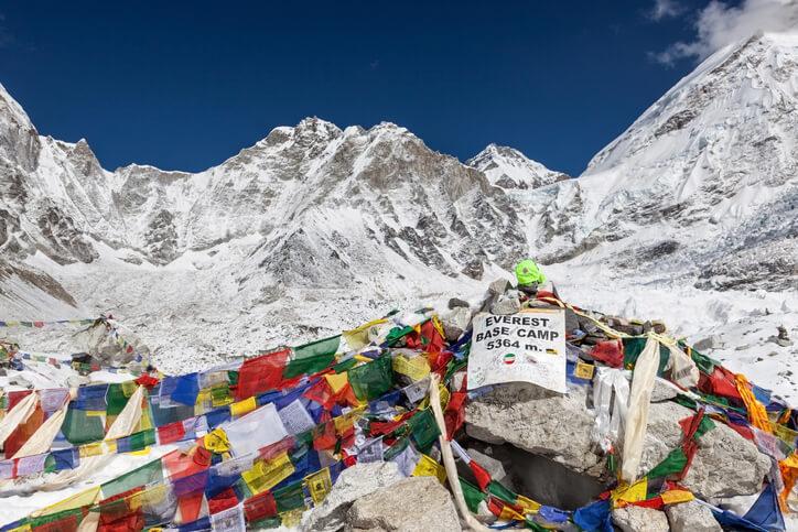 Décadas dealpinismocomercial han convertido alMonte Everesten elbasureromás alto del mundo, ya que un número cada vez mayor deescaladoresprestan poca atención a la huella ambiental que dejan atrás de sí.