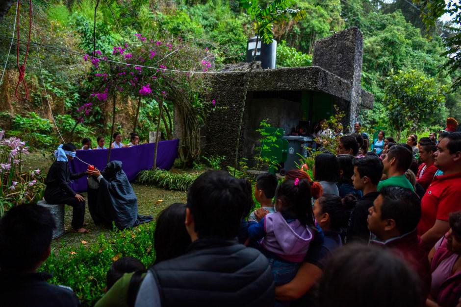 """Los teatristas del grupo Los Elementales iniciaron el recorrido Misterios del Quinto Cerro en el Macuiltépetl: """"Es un ente que merece ser escuchado, porque es nuestro abuelo"""", y a su alrededor se asentaron los primeros xalapeños."""