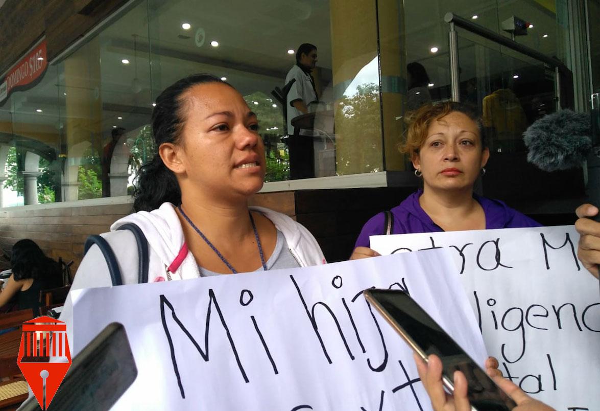 """Carolina Rosas Ochoa,madre de una recién nacida, acusó que los doctores delHospital Civil """"Luis F. Nachón"""" causaron la muerte de la menor por las omisiones en su cuidado."""