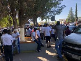 Este viernes, cientos de personas dedicadas al deporte gallístico en Chihuahua, realizaron una marcha para presionar a los diputados locales y al Gobernador que no prohiban la ley de Protección y Bienestar Animal, que acabaría con dicha actividad.