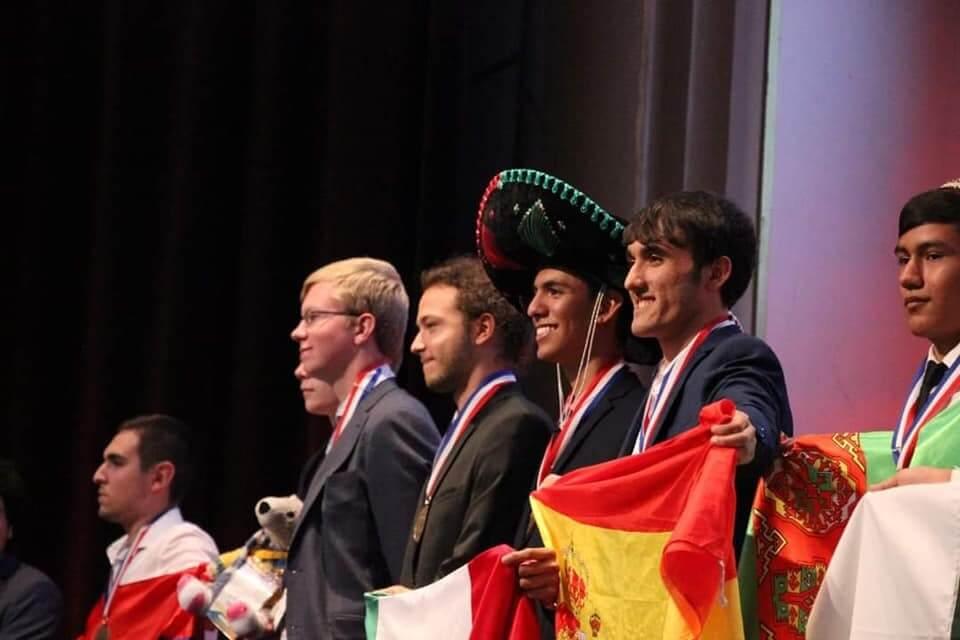 El joven Héctor Jair Jiménez García del plantel 18 del Colegio de Bachilleres del Estado de Veracruz (COBAEV), con sede en Coatzacoalcos, obtuvo el tercer lugar en la 51.ª Olimpiada Internacional de Química en París, Francia.