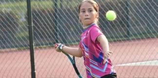 La tenista veracruzana Romina Domínguez García hizo válidos los pronósticos y se proclamó campeona de la cuarta edición de la Copa Tandrú, celebrada en las instalaciones del Britania Sport Center, en el municipio de Boca del Río.