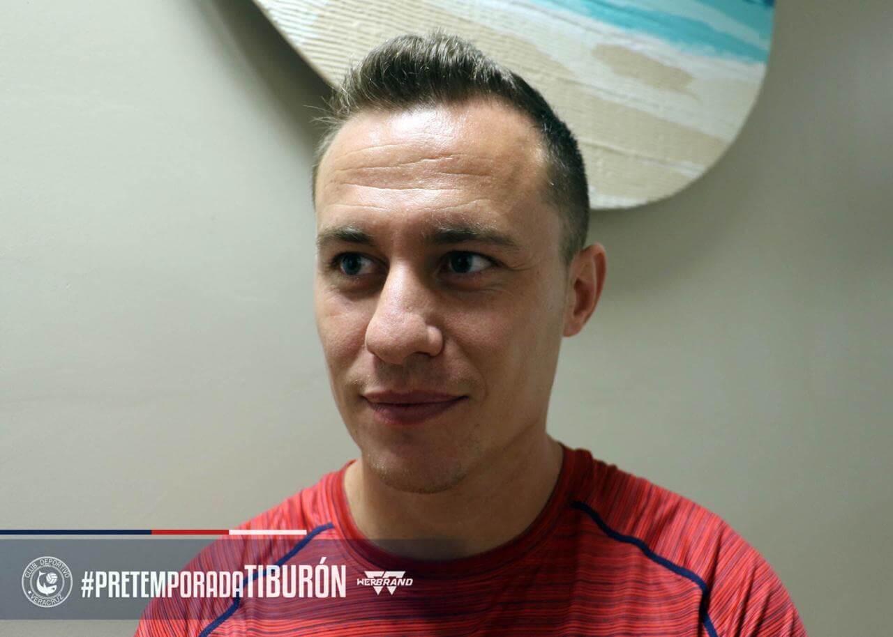 El mediocampista español, Abraham González fue anunciado como refuerzo de los Tiburones Rojos de Veracruz, tras su llegada, se dijo contento e ilusionado con su próxima aventura en el Puerto.