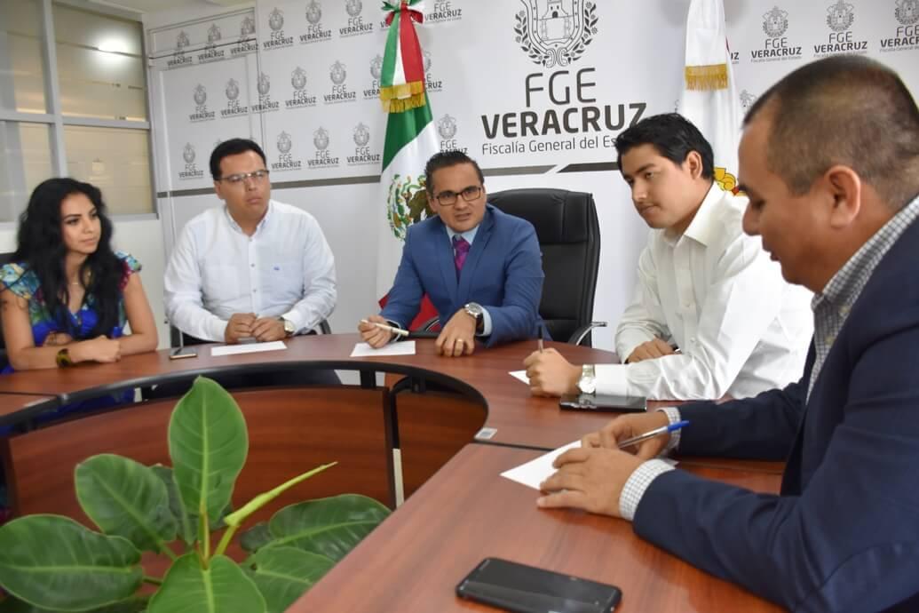El Fiscal General del Estado, Mtro. Jorge Winckler Ortiz presidió una reunión de trabajo con el Director de la Unidad de Análisis de Información (UAI), Juan Carlos Castillo Vázquez en la cual participaron Fiscales Regionales de la zona centro del estado con sedes en Xalapa, Córdoba y Veracruz, respectivamente, en la cual se reforzaron los mecanismos de cruce de información con la finalidad de continuar cumpliendo con los estándares de calidad del Centro Nacional de Planeación, Análisis e Información para el Combate a la Delincuencia (CENAPI), para la conformación de una Red de Inteligencia Criminal.