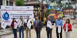 Durante el banderazo para la construcción de la red de atarjeas en calles de la colonia Desarrollo Social San Bruno en Xalapa, el gobernador Cuitláhuac García anunció que esta es una de las 13 obras importantes que se estarán realizando durante el año.