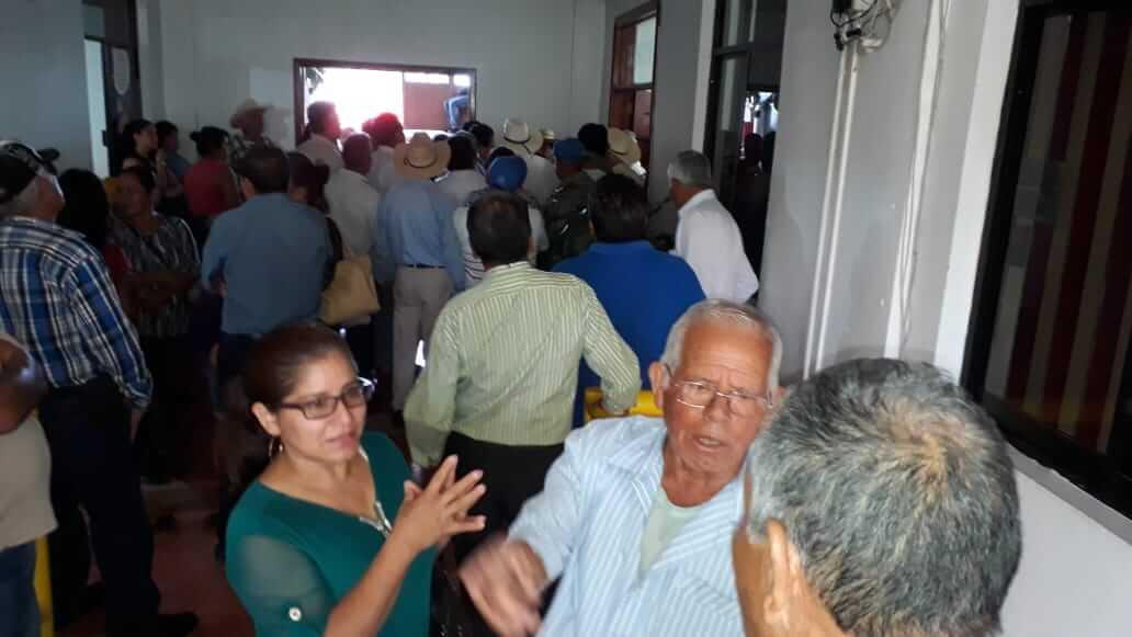 Hasta la oficina de Presidencia del Palacio Municipal d Emiliano Zapata, encabezados por agentes municipales y comisariados ejidales, pobladores de 48 comunidades, llegaron este lunes a protestar por el incumplimiento de obras y servicios públicos.