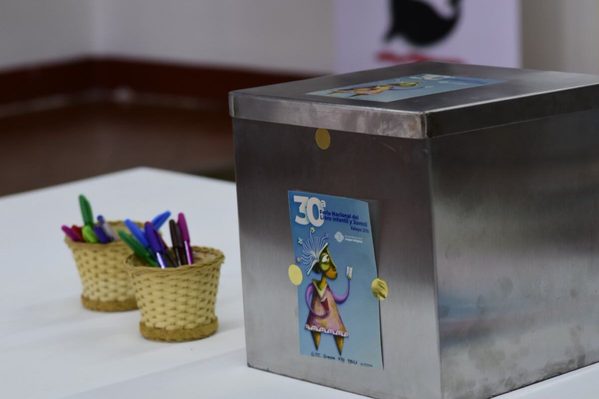 La 30a edición de la Feria Nacional del Libro Infantil y Juvenil trae consigo una dinámica innovadora que interesará a más de un xalapeño, se trata de una cápsula del tiempo en la que niños, jóvenes y adultos tendrán la oportunidad de dejar plasmado en papel un pensamiento para las futuras generaciones.