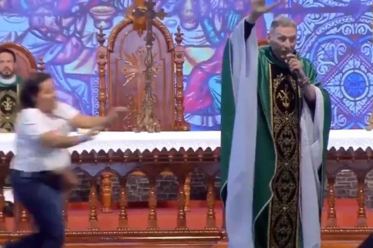 A través de redes sociales, circula un video donde una mujer interrumpe una misa para atacar al sacerdote Marcelo Rossi y lanzarlo desde lo alto de un escenario, tras celebrarse una misa como parte de la clausura del campamento 'No Toda', en San Pablo, Brasil.