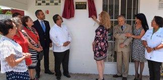 Autoridades municipales develaron la placa de agradecimiento al Club Rotario Xalapa Manantiales, por el apoyo brindado para la rehabilitación del Centro de Servicio y Módulo Dental que opera en el módulo del Sistema Municipal para el Desarrollo Integral de la Familia (DIF) de Casa Blanca.
