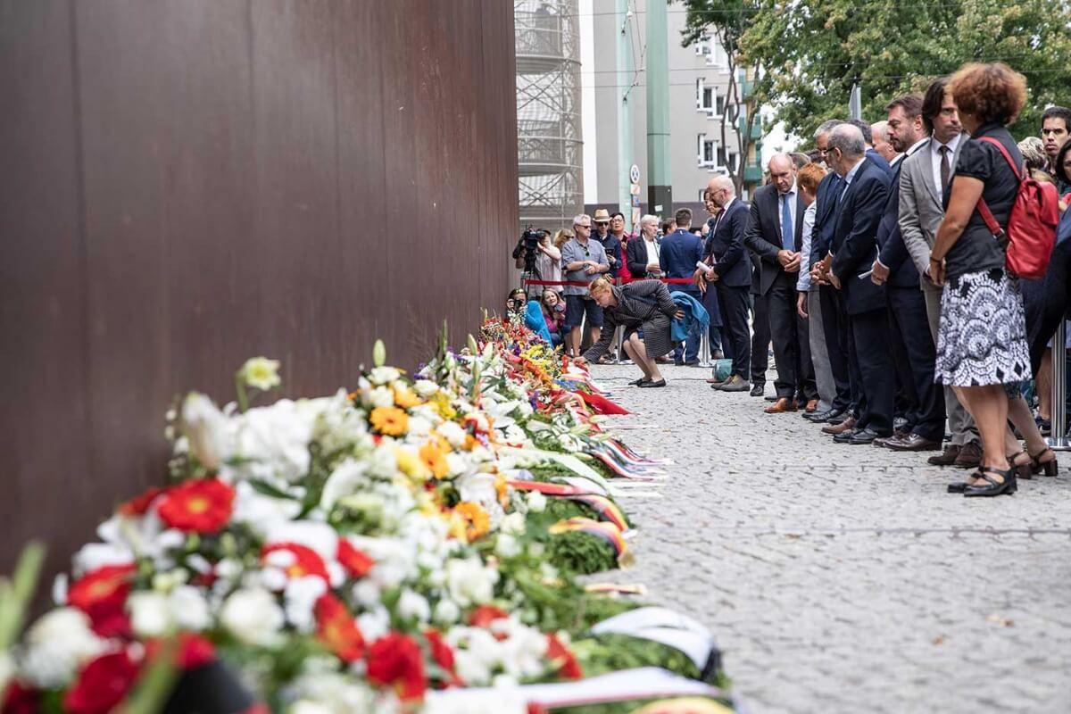 Este martes, Alemania recordó la construcción del muro de Berlín, un gigantesco operativo logístico que se inició a la una de la madrugada del 13 de agosto de 1961 y al que siguieron 10 mil 680 días de división traumática.
