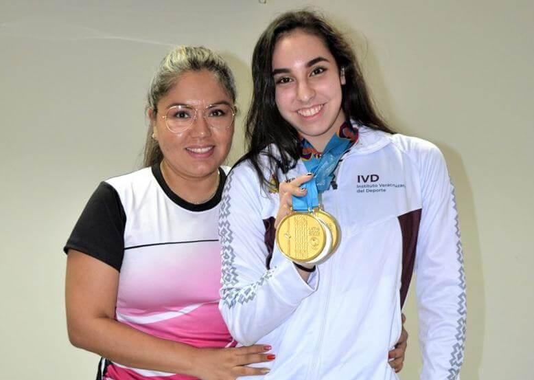Luego de ganar dos medallas de oro y una plata con el Conjunto de México en la gimnasia rítmica de los Juegos Panamericanos de Lima 2019, la veracruzana Brittany Sáinz Ochoa, compartió su experiencia y presumió sus preseas en la visita que realizó al Instituto Veracruzano del Deporte.