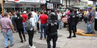 Inspectores de Comercio en coordinación con la Dirección de Gobernación del Ayuntamiento de Xalapa, retiraron este miércoles a vendedores ambulantes que se encontraban en la calle Revolución, de donde previamente se les había pedido retirarse mientras se lleva a cabo la obra de rehabilitación.