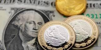Este lunes, el peso mexicano cayó tras endurecerse el conflicto comercial de China con Estados Unidos, luego de conocerse que el gobierno chino, pidió a los compradores estatales, detener las importaciones agrícolas provenientes del país norteamericano.