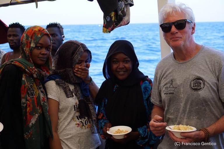 El actor Richard Gere visitó a los migrantes rescatados por un buque humanitario, varado en el Mediterráneo desde hace más de una semana.
