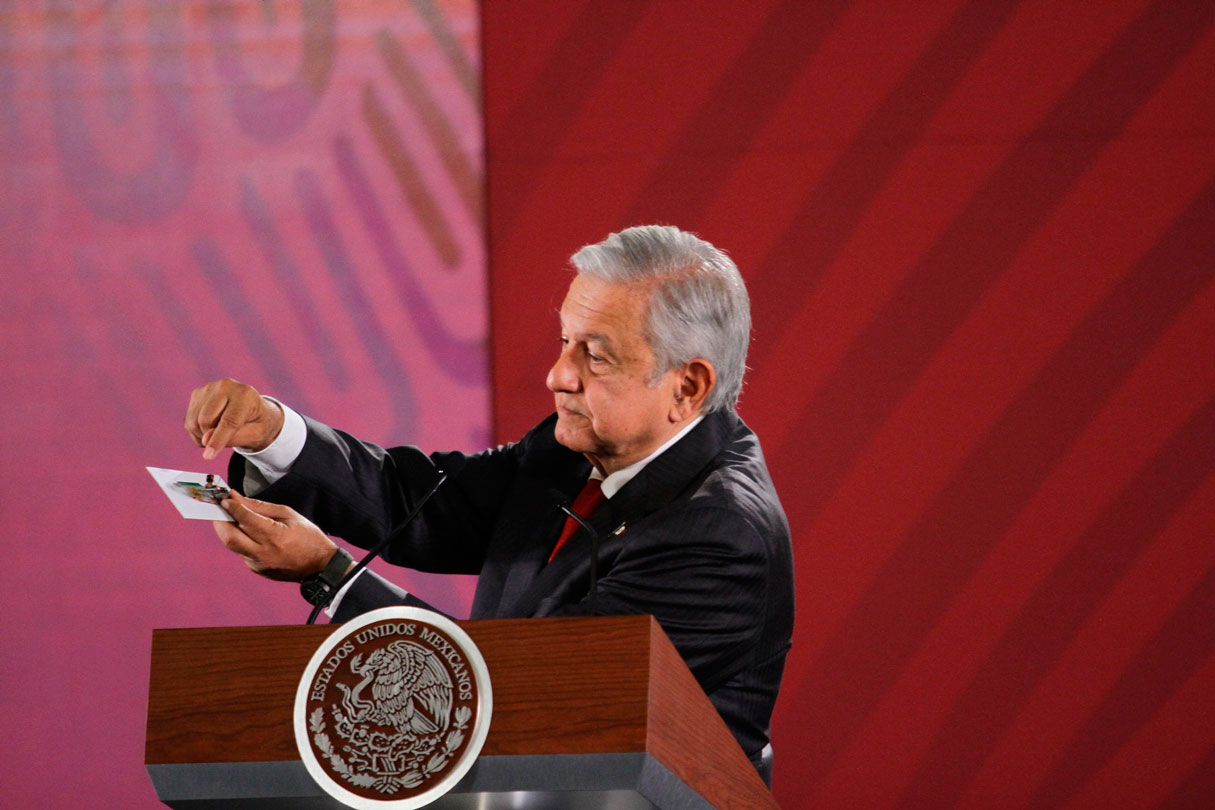 El presidente, Andrés Manuel López Obrador presentó este martes la cámara encontrada en una de las salas de Palacio Nacional con la que se intentó espiarlo.