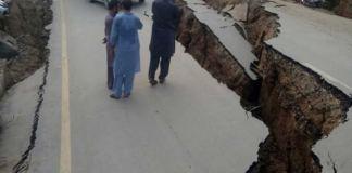Al menos 19 personas murieron y más de 300 resultaron heridas por el sismo de magnitud 5.8 que sacudió es martes Pakistán y provocó grietas en carreteras y el derrumbe de edificios.