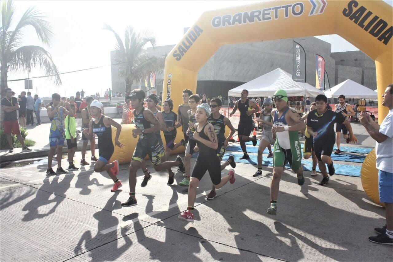 Los competidores Laudy Garista León, de 16 años y Armando Gamboa Mendoza, de 17 años; fueron los ganadores absolutos del Acuatlón Tri Racing 2019 efectuado en Playa Santa Ana.