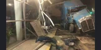 Esta mañana, un trailer se estrelló contra la terminal de autobuses de la ciudad de Veracruz.
