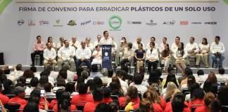Con la firma de un convenio para eliminar los artículos plásticos que se utilizan una sola vez, el Gobierno de Veracruz y empresas estatales y nacionales luchan contra los residuos que terminan en basureros a cielo abierto.