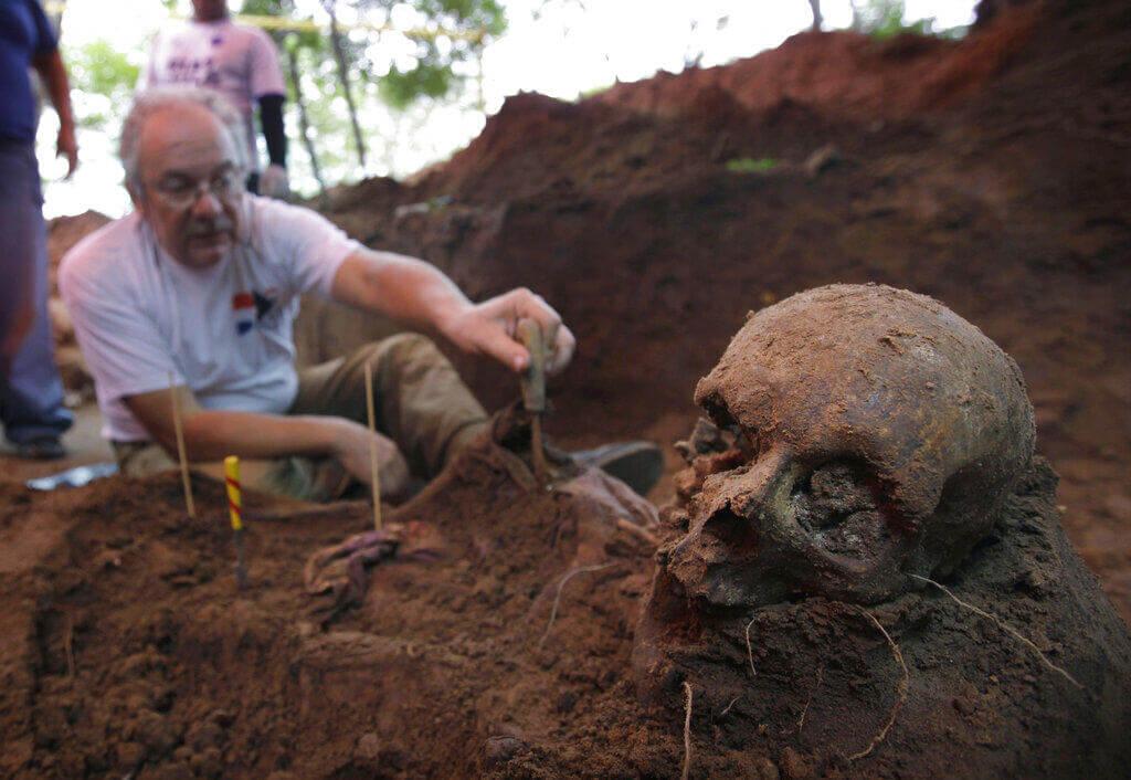 Paraguay se conmocionó ante el descubrimiento de restos óseos en un sitio que posiblemente fue la casa de campo del dictador Alfredo Stroessner (1954-1989) en Ciudad del Este.