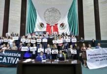 Diputados del Partido Revolucionario Institucional (PRI), del Partido Acción Nacional (PAN) y del Partido de la Revolución Democrática (PRD) tomaron la tribuna de la Cámara de San Lázaro, para impedir la discusión de leyes secundarias de la reforma educativa.