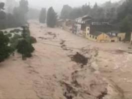 """Las inundaciones de la zona sureste de España, originadas por un episodio de """"gota fría"""", ha provocado la muerte de al menos seis personas, mientras prosiguen las operaciones de rescate y ayuda por toda la región."""