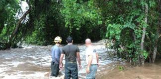 """Personal de la Unidad Estatal de Protección Civil y Bomberos de Jalisco realizan sobrevuelos por las comunidades que quedaron incomunicadas, tras el paso del huracán """"Lorena"""", para verificar el estado en el que se encuentran."""