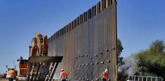 El gobierno de Estados Unidos otorgó tres contratos con un valor de más de 812,6 millones de dólares para la construcción de 104 kilómetros (65 millas) de un nuevo muro fronterizo a lo largo del bajo Río Bravo (Grande) en el sur de Texas.