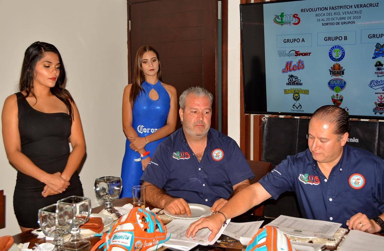 Este jueves por la noche se realizó la ceremonia del sorteo de equipos y formación de los grupos de la segunda edición del Torneo Revolution Fastpitch Softball Veracruz 2019, en el salón privado del Restaurant Salmedina, patrocinador oficial.