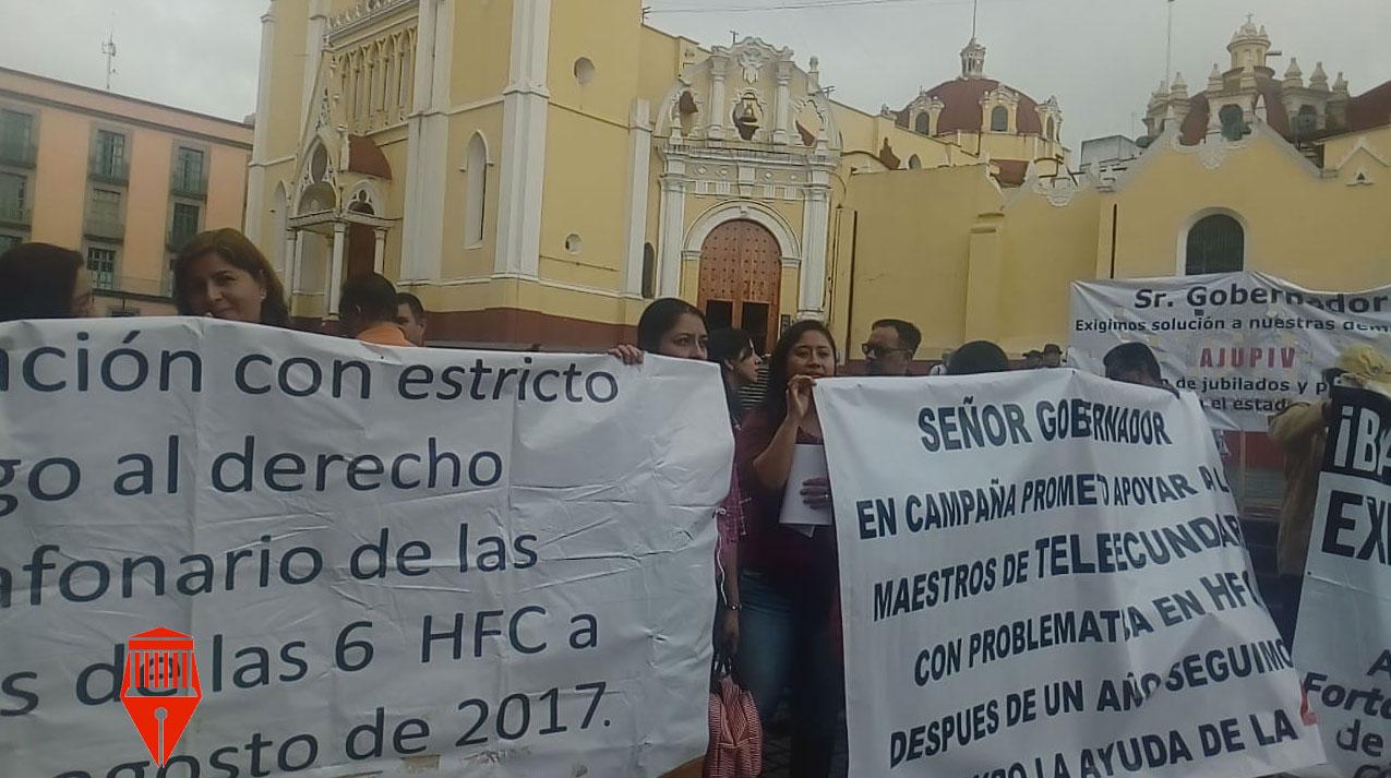 Este jueves, el tránsito en el centro de la capital del estado se vio colapsado debido a la manifestación de maestros de nivel Telesecundaria que bloquearon la avenida Juan de la Luz Enríquez.