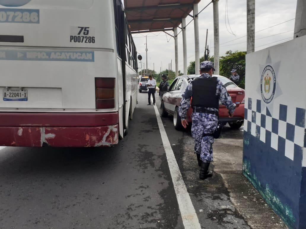 La Secretaría de Seguridad Pública (SSP), a través de la Dirección General de Transporte del Estado (DGTE), implementó puestos de revisión en la Carretera Coatzacoalcos-Villahermosa, para verificar las condiciones en las que trabajan diariamente los taxistas.