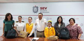 """La Secretaría de Educación de Veracruz (SEV) entregó reconocimientos por su participación a los tres primeros lugares del XLII Concurso Nacional de Pintura Infantil """"El Niño y la Mar 2019""""."""