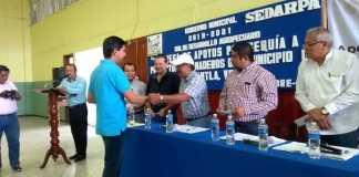La Secretaría de Desarrollo Agropecuario, Rural y Pesca (SEDARPA) entregó 855 mil pesos a 359 pequeños ganaderos de Castillo de Teayo, Tihuatlán y Papantla, con la finalidad de apoyar a quienes perdieron mil 425 hectáreas de pastizales.